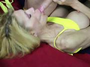 Зрелая блондинка с силиконовыми сиськами бесплатно сосёт член ради спермы, которой хочет оросить грудь
