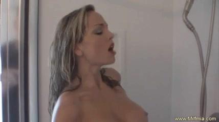 Зрелая леди принимая душ возбудилась и жажда секса толкнула её на мастурбацию в ванной с использованием струи воды