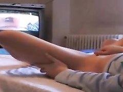 Домашняя мастурбация молодой бездельницы снята для любительского видео, красотка ведёт себя очень скромно