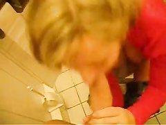 Шикарная домохозяйка бесплатно сосёт член сантехника и он кончает на её большие сиськи