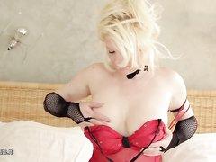 Толстая и зрелая блондинка с роскошной фигурой снялась в любительском порно и вибратором трахнула мокрую щель