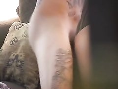 На диване татуированная пара увлеклась домашним сексом под обзором скрытой камеры, снимающей в удачном ракурсе