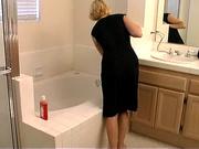 Немецкая блондинка в ванной дрочит гладкую киску и трахает её секс игрушкой