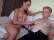 Муж застал супругу за мастурбацией со зрелой соседкой и предложил им секс втроём, чтобы трахнуть волосатую киску гостьи