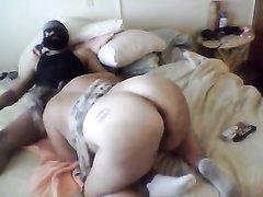 Очень толстой и зрелой домохозяйке попался похотливый чувак и она затащила его в постель для домашнего секса