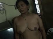 Толстая индийская домохозяйка с скромным выражением лица разделась для любительского видео