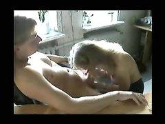Жена пытается успокоить возбуждённого мужа и отсасывает член, кроме орального секса она ещё и дрочит его ствол