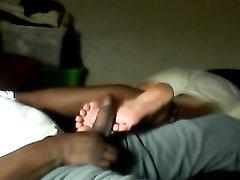 У негра есть фут фетиш к белым женским ступням, поэтому на порно свидании он просит партнёршу дрочить ногами член
