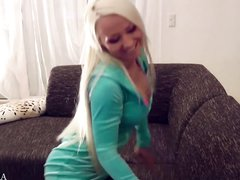 Гламурная блондинка с силиконовыми сиськами розовой секс игрушкой трахает рот и киску, а чёрную штучку суёт в попу