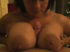 Виртуозный минет от грудастой леди, для орального секса она зажимает член большими сиськами и лижет головку