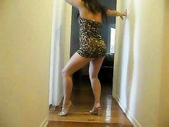 Возбуждённая азиатка перед камерой показала эротический танец, если смотреть то возбуждения не избежать