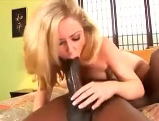 Любительский секс с глубокой глоткой от роскошной блондинки и негра с огромным членом