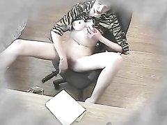 Скрытая камера снимает развратное видео с мастурбирующей сотрудницей, она трахает себя дилдо в рабочее время