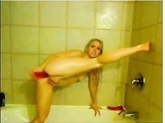 Молодая гимнастка в ванной трахает себя секс игрушкой и отрабатывает технику минета на дилдо