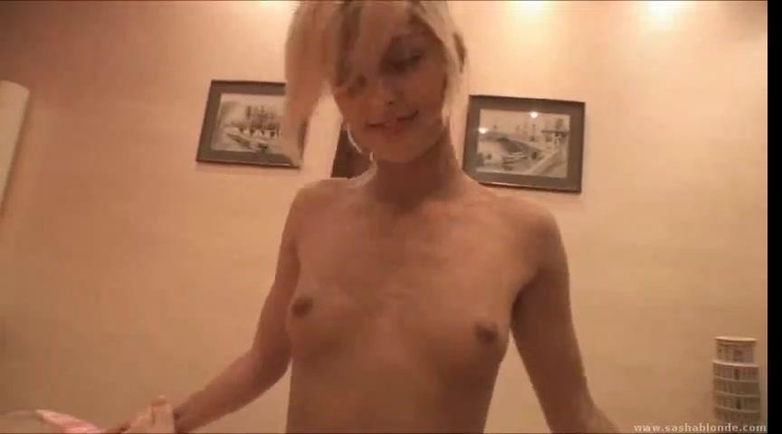 Стройная блондинка купила камеру для съёмок любительского видео и обнажившись она завертелась в объективе