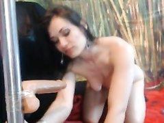 Брюнетку трахают на вебкамеру секс игрушкой, так она рекламирует себя, предлагая клиентам свои отверстия