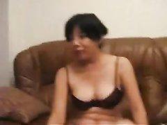 Слегка упитанная и зрелая брюнетка переодевается на камеру, друг снимает видео с её голой фигурой