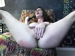 Одинокая домохозяйка одела эротический костюм, затем сняла его и секс игрушкой на вебкамеру трахнула киску