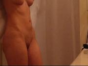 Домашнее видео стройной женщины с маленькими сиськами, вытирающей голое тело после освежающей ванной