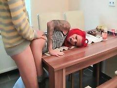 Рыжая жена с татуировками утром угостила мужа на кухне домашним сексом прямо на обеденном столе