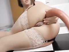 Зрелая путана в чулках балдеет от анальной мастурбации с помощью очень длинной секс игрушки