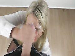 Немецкое порно с блондинкой, стоя на коленях она дрочит член для буккакэ