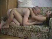Зрелый любовник обожает секс с молодой соседкой, пара трахается на тесной кушетке