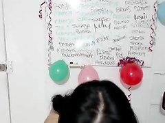Брюнетка с тёмными сосками увлекается виртуальным сексом по вебкамере, она дрочит клитор и слизывает с пальчиков смазку