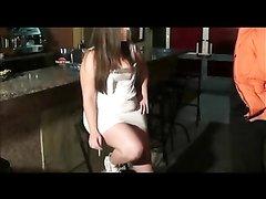 Посетитель снял для секса толстую шлюху возле барной стойки и сделав куни вставил ей в киску
