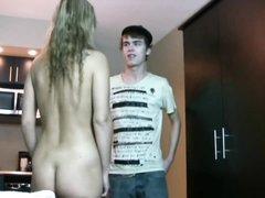 Молодой и застенчивый чувак пришёл на порно свидание к зрелой блондинке в чулках