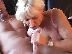 Шаловливая зрелая блондинка в чёрных чулках умело сосёт и принимает в киску после орального секса крепкий член