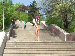 Молодая брюнетка из Болгарии снялась в любительском видео, она гуляет голой в общественных местах, привлекая внимание