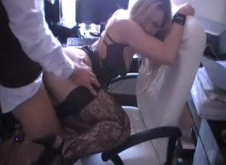 Блондинка для домашнего супружеского секса одела чулочки, трахать такую красавицу невероятно приятно её деловому мужу