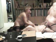 Зрелые развратницы устроили себе сюрприз в виде любительского секса втроём с одним энергичным мужиком