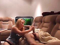 Домашнее видео с мастурбацией члена от немецкой блондинки, она пытается удовлетворить супруга