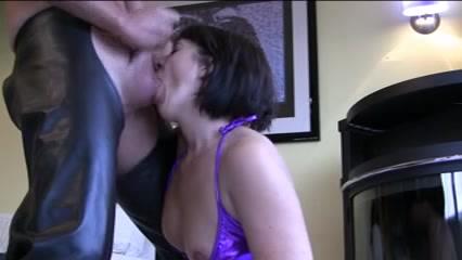 Минет и лизание яиц так сильно нравится зрелой француженке, что на домашнем порно свидании она это делала до спермы
