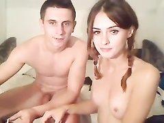 Секс молодой пары на вебкамеру, тут есть лизание ног, фут фетиш и проникновение в молодую щель в разных позициях