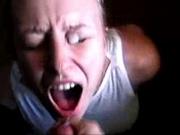 Блондинка согласилась для любительского порно открыть рот и поймать сперму из члена, который отчаянно дрочит друг