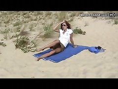 Незнакомец снял видео с рыжей красоткой на пляже, она разделась и начала загорать абсолютно голой