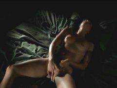 Худенькая немка проснулась с желанием секса, но в постели она одна, вот и дрочит намокшую киску двумя руками