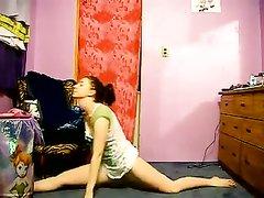 Крутое видео с разминкой гимнастки, она увлеклась и раздевшись начала вертеть упругими ягодицами
