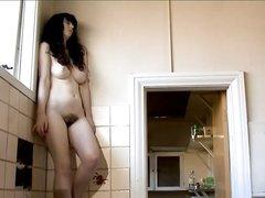 Ретро порно с любительской мастурбацией зрелой парижанки, красивая брюнетка на кухне пытается кончить от пальчиков