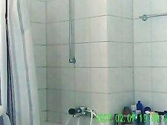 Зрелая британка с большой попой и маленькими сиськами принимает душ голой, на неё можно смотреть для возбуждения
