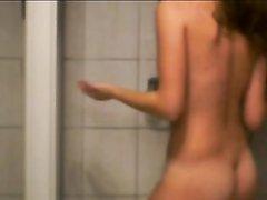 Студентке с маленькими сиськами нравится записывать себя на видео в ванной, когда голой подмывает киску