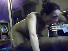 Наконец зрелая немка смогла встретить нормального негра, чтобы предложить ему домашний секс и отсосать чёрный член