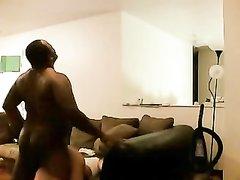 Упитанный негр вызвал белую проститутку для любительского секса и вставил ей в позе на карачках