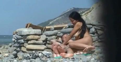Пара отдыхает в горах возле короткой стены и поскольку вокруг никого нет они решили позволить себе секс на природе