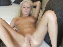 Худенькая блондинка гордится своим телом, поэтому снялась в любительском видео абсолютно голой