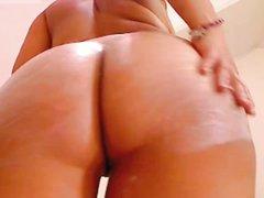 По вебкамере молодая турчанка показывает большие сиськи и сексуальную попу с фигуристыми ягодицами