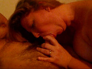 Зрелая толстуха изменила супругу со своим знакомым, обоим не хватает обычного домашнего секса
